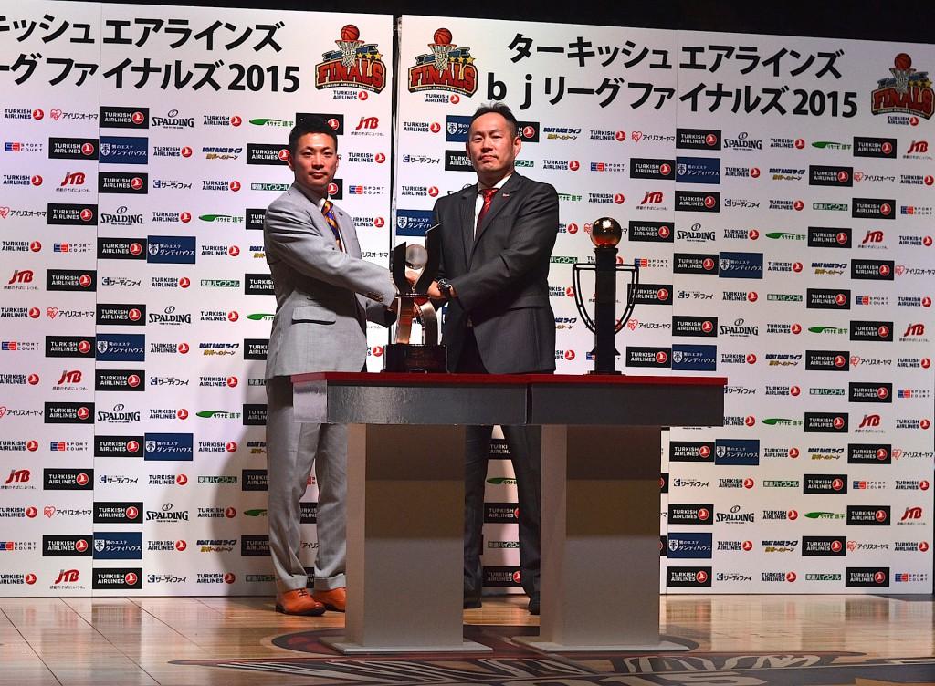 滋賀レイクスターズ:遠山 公人HC(左)、浜松・東三河フェニックス:東野 智弥HC(右)