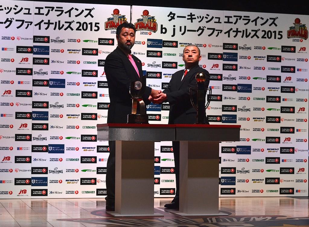 秋田ノーザンハピネッツ・長谷川 誠HC(左)、岩手ビッグブルズ・桶谷 大HC(右)